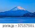 本栖湖 富士山 夕刻の写真 37157501