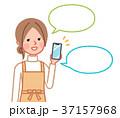 スマホの音声入力をする女性(ふきだし有り) 37157968