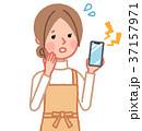 女性 主婦 スマートフォンのイラスト 37157971