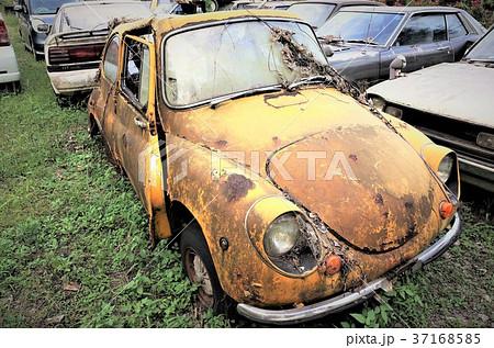 レトロな車 - 錆びた車 - 廃車- スクラップ駐車場 - 田舎の風景 37168585