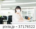 花粉症 マスク ビジネスウーマンの写真 37176522