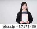 本とノートを持つ女子高生 37178469