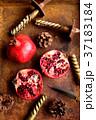 錆びたトレーの上のザクロとキャンドルとまつぼっくり 37183184