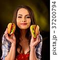 揚げ物 ハンバーガー 女性の写真 37200794