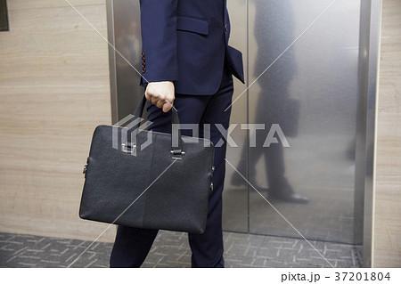 ビジネスマン ブリーフケース エレベーター 37201804