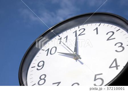 青空の下の壁時計 37210001