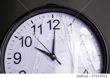 風防の割れた壁時計のアップ 37210003