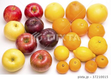 沢山のリンゴと柑橘類 37210015