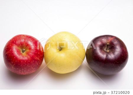 白背景の3色のリンゴ 37210020