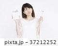 節約をする若い女性  37212252