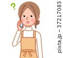 スマホで通話中の女性(疑問) 37217083