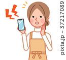 警報音が鳴るスマホと女性 37217089