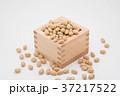 枡から溢れる節分の福豆 白背景 a-3  中央 やや上から 37217522