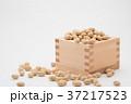 枡から溢れる節分の福豆 白背景 b-1 右寄せ やや横から 37217523