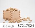 枡から溢れる節分の福豆 白背景 b-2 左寄せ やや横から 37217524