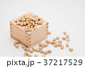 枡から溢れる節分の福豆 白背景 d-2 左寄せ やや上から 37217529