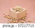 枡から溢れる節分の福豆 桃色の和紙の背景 a-2  中央 37217715