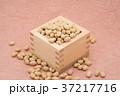 枡から溢れる節分の福豆 桃色の和紙の背景 a-3  中央 やや上から 37217716