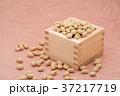 枡から溢れる節分の福豆 桃色の和紙の背景 c-1  右寄せ 37217719