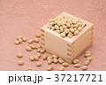枡から溢れる節分の福豆 桃色の和紙の背景 d-1  右寄せ やや上から 37217721