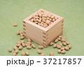 枡から溢れる節分の福豆 草色の和紙の背景 a-3  中央 やや上から 37217857