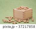 枡から溢れる節分の福豆 草色の和紙の背景 b-1  右寄せ やや横から 37217858