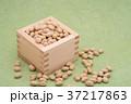 枡から溢れる節分の福豆 草色の和紙の背景 d-2  左寄せ やや上から 37217863