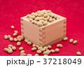 枡から溢れる節分の福豆 紅色の和紙の背景 a-2  中央 37218049