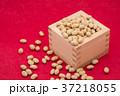 枡から溢れる節分の福豆 紅色の和紙の背景 d-1  右寄せ やや上から 37218055