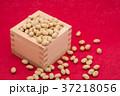 枡から溢れる節分の福豆 紅色の和紙の背景 d-2  左寄せ やや上から 37218056
