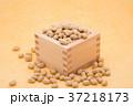 枡から溢れる節分の福豆 黄色の和紙の背景 a-2  中央 37218173
