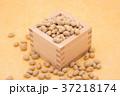 枡から溢れる節分の福豆 黄色の和紙の背景 a-3  中央 やや上から 37218174
