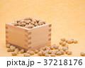 枡から溢れる節分の福豆 黄色の和紙の背景 b-2  左寄せ やや横から 37218176