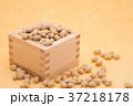 枡から溢れる節分の福豆 黄色の和紙の背景 c-2  左寄せ 37218178