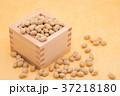 枡から溢れる節分の福豆 黄色の和紙の背景 d-2  左寄せ やや上から 37218180