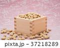 枡から溢れる節分の福豆 桃色の雲竜紙の背景 a-1  中央 やや横から 37218289