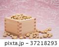 枡から溢れる節分の福豆 桃色の雲竜紙の背景 b-2  左寄せ やや横から 37218293