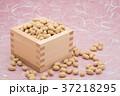枡から溢れる節分の福豆 桃色の雲竜紙の背景 c-2  左寄せ 37218295