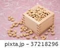 枡から溢れる節分の福豆 桃色の雲竜紙の背景 d-1  右寄せ やや上から 37218296