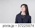 見上げる女子高生 37225074