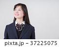 見上げる女子高生 37225075