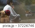 キャンプ 焚き火 女性の写真 37226746