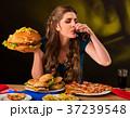 揚げ物 ハンバーガー 女性の写真 37239548