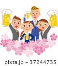 桜の中でお酒を呑む会社員 37244735
