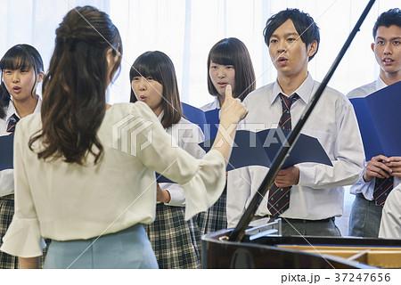 音楽の先生と合唱練習 37247656