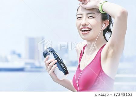 トレーニングで休憩をする若い女性 37248152