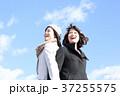 二人の若い女性 37255575