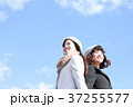 二人の若い女性 37255577