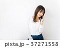 女性 電話 ビジネスウーマンの写真 37271558