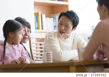三世代 家族 団らん 笑顔 37283502
